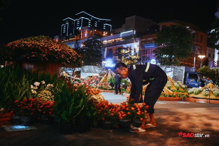 Từ 22h, công nhân đã tất bật thu dọn những lẵng hoa, tiểu cảnh, hạng mục,… được trang trí tại đường hoa.