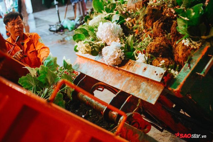 Hàng trăm công nhân tất bật dọn đường hoa Nguyễn Huệ ngay trong đêm