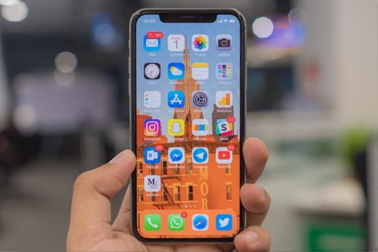 Trong năm 2018, Apple được cho là sẽ tìm đến các giải pháp khác để giảm chi phí phần màn hình trên những chiếc iPhone sử dụng màn hình OLED. Tìm đến các nhà cung cấp khác như LG được cho là một giải pháp.
