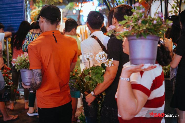 Mặc kệ lực lượng an ninh, nhiều người dân hôi hoa vẫn vượt rào, ôm hoa trốn chạy như phim hành động vào giờ bế mạc