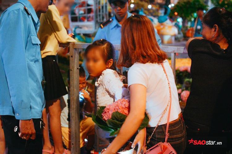 Nhiều người dân vô ý thức vẫn lẻn vào bên trong để lấy những chậu hoa bị bỏ.