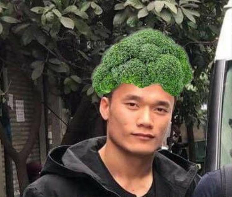 """Hình ảnh về kiểu tóc mới của Bùi Tiến Dũng ngay lập tức được cư dân mang chia sẻ và đùa vui gọi đây là kiểu tóc """"súp lơ"""". Lập tức có ngay bức ảnh chế như thế này đây!"""