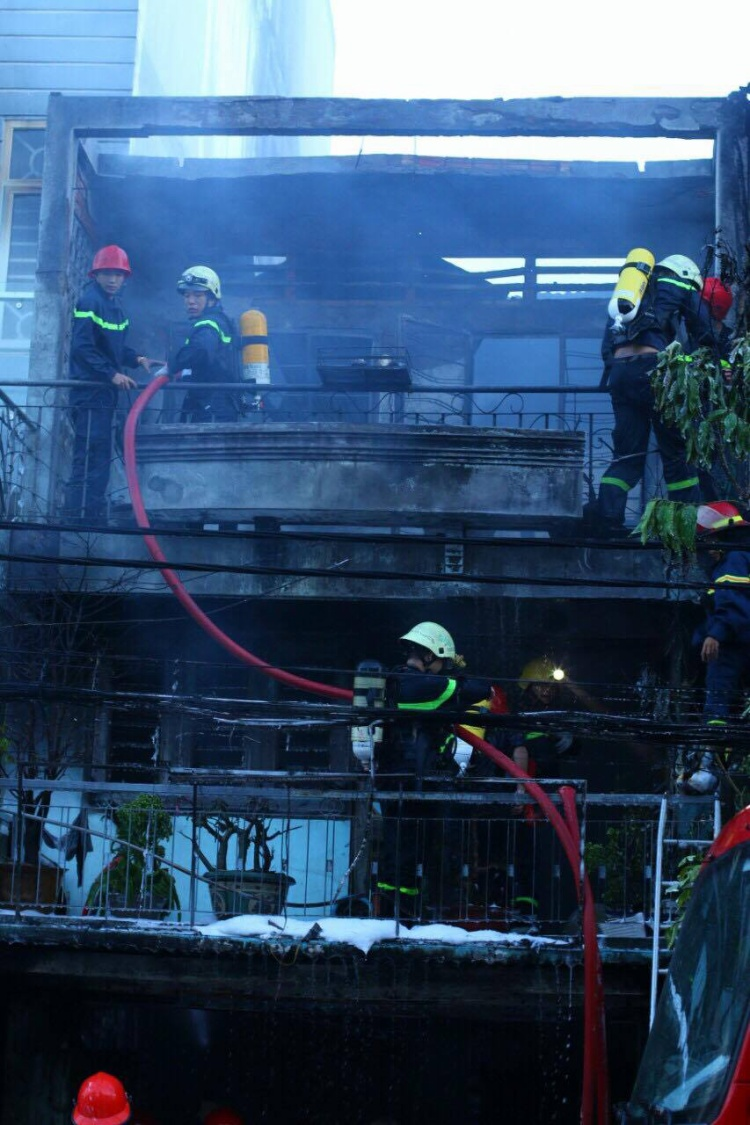 Căn nhà 2 tầng bị thiêu rụi lúc rạng sáng.