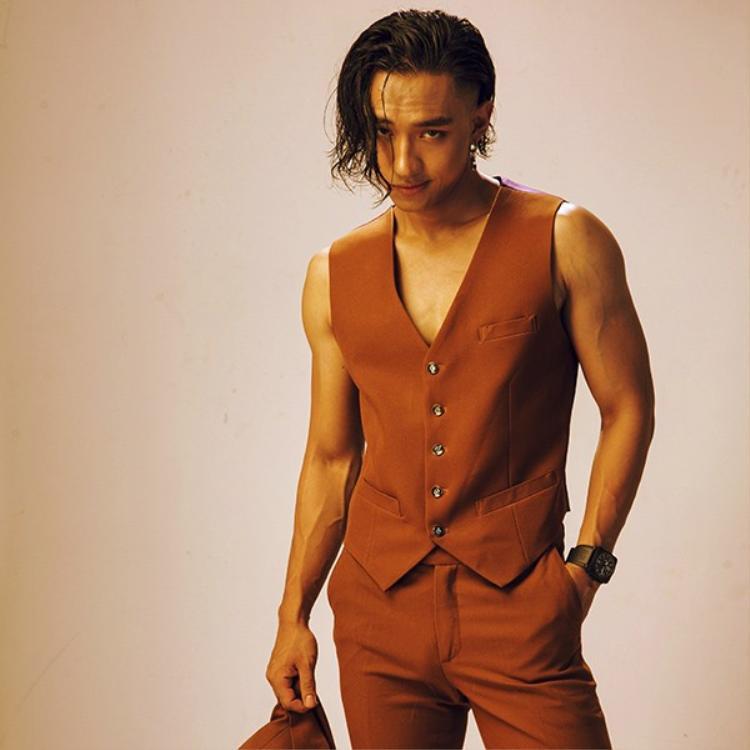 Với mái tóc xoăn, rối, nam diễn viên trông thật nam tính, mạnh mẽ.