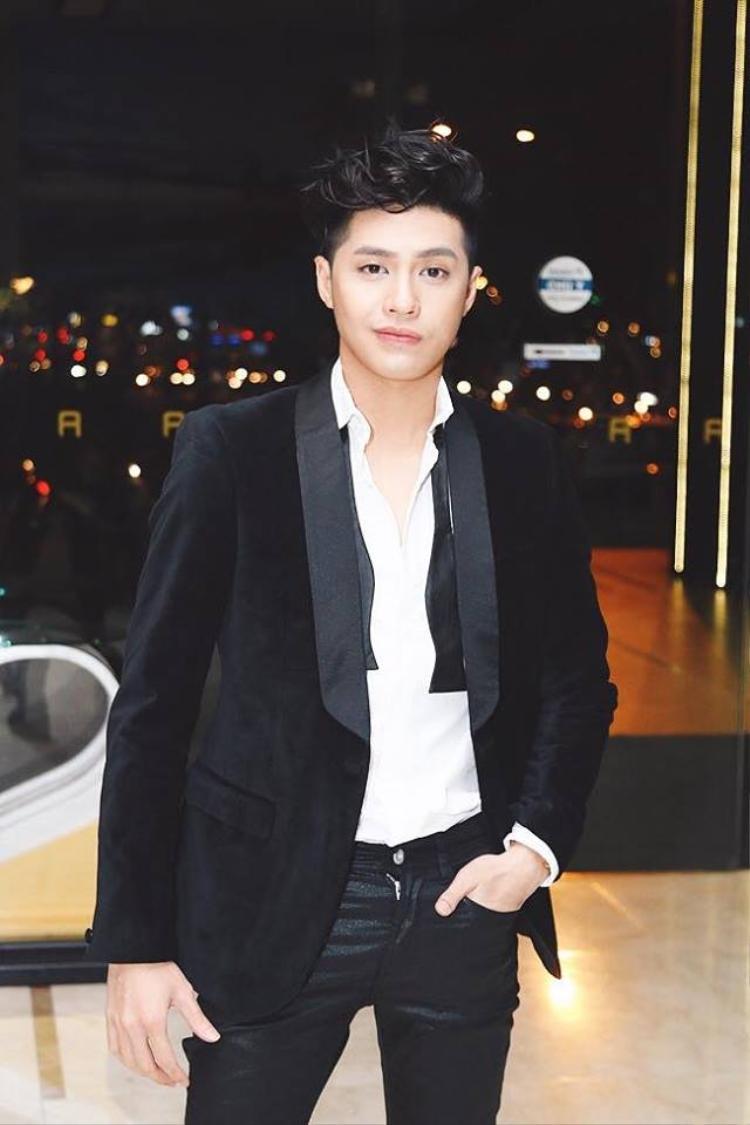 Noo Phước Thịnh cũng là một trong những nam ca sĩ thường xuyên thay đổi kiểu tóc, tạo sự mới mẻ trong mắt khán giả. Không ít lần anh chàng từng thử để qua các kiểu tóc xoăn ấn tượng.
