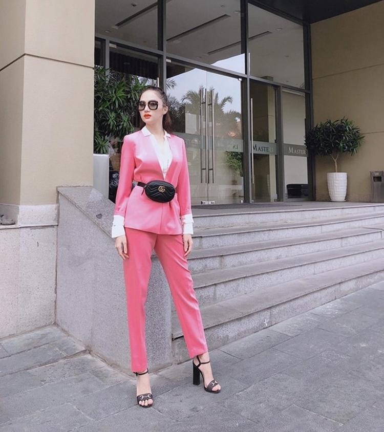 Lưu Hương Giang biết tiết chế bộ suit hồng bằng cách sử dụng toàn phụ kiện đen như belt bag và sandal Gucci cùng kính mắt đen hoàn hảo.