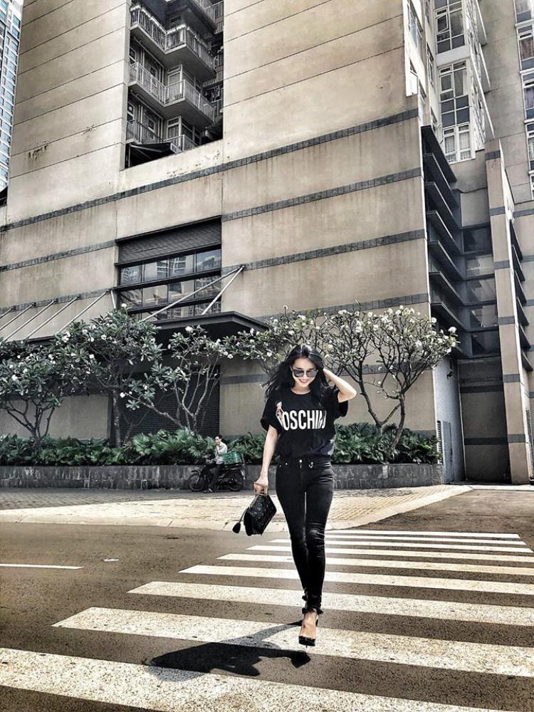 Nhã Phương đã không còn diện đồ trắng như thường thấy. Nữ diễn viên xinh đẹp diện cả cây đen cá tính xuống phố.