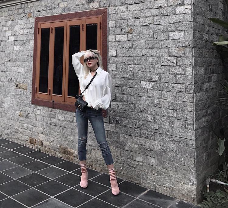 Cô em gái Thiều Bảo Trâm với chiều cao đáng ngưỡng mộ dù lên đồ giản dị nhưng vẫn rất ngầu. Chiếc clutch xinh xắn của Chanel làm điểm nhấn nâng tầm set đồ của cô ca sĩ trẻ.