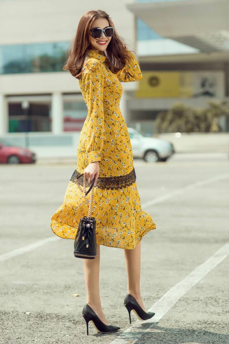 Khi diện váy hoa rực rỡ chào xuân, Thanh Hằng vẫn không quên sử dụng bucket bag và giầy cao gót đen thanh lịch.