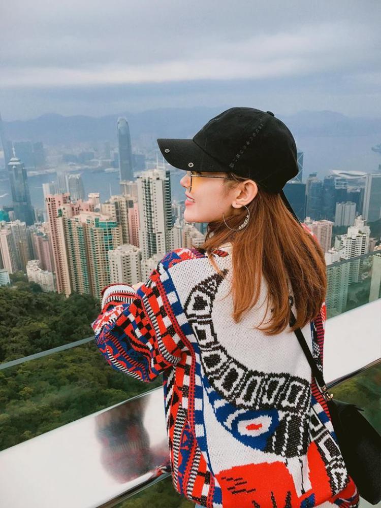 Trong chuyến du lịch đầu năm, cô nàng xinh đẹp này dường như trung thành với phong cách thời trang cá tính và tích cực sử dụng phụ kiện như mũ lưỡi trai.