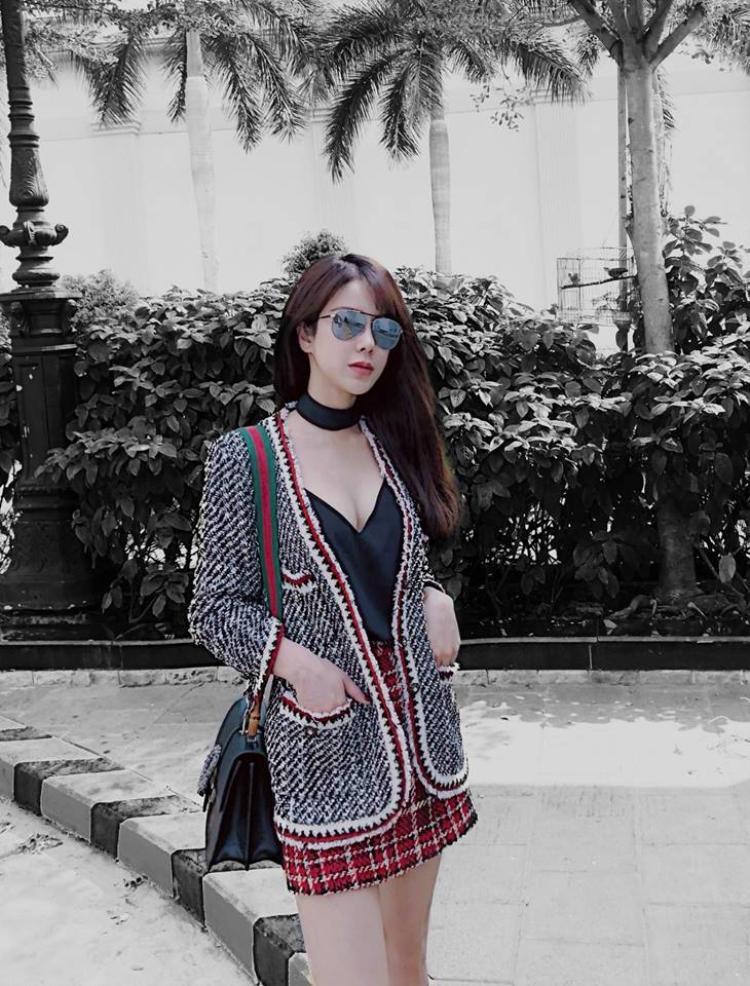 Cô bạn thân Diệp Lâm Anh của Kỳ Duyên diện váy đỏ kết hợp với túi đeo vai Gucci màu đen. Outfit này không quá cầu kỳ nhưng giúp Diệp Lâm Anh có được vẻ ngoài mềm mại và xinh đẹp.