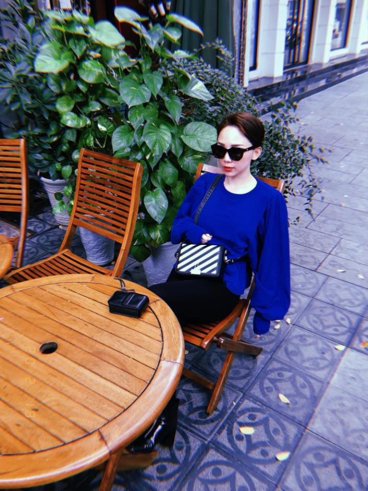 Trong một set đồ khác, Tóc Tiên vẫn trung thành với phụ kiện đen từ kính mắt, clutch tới boot.