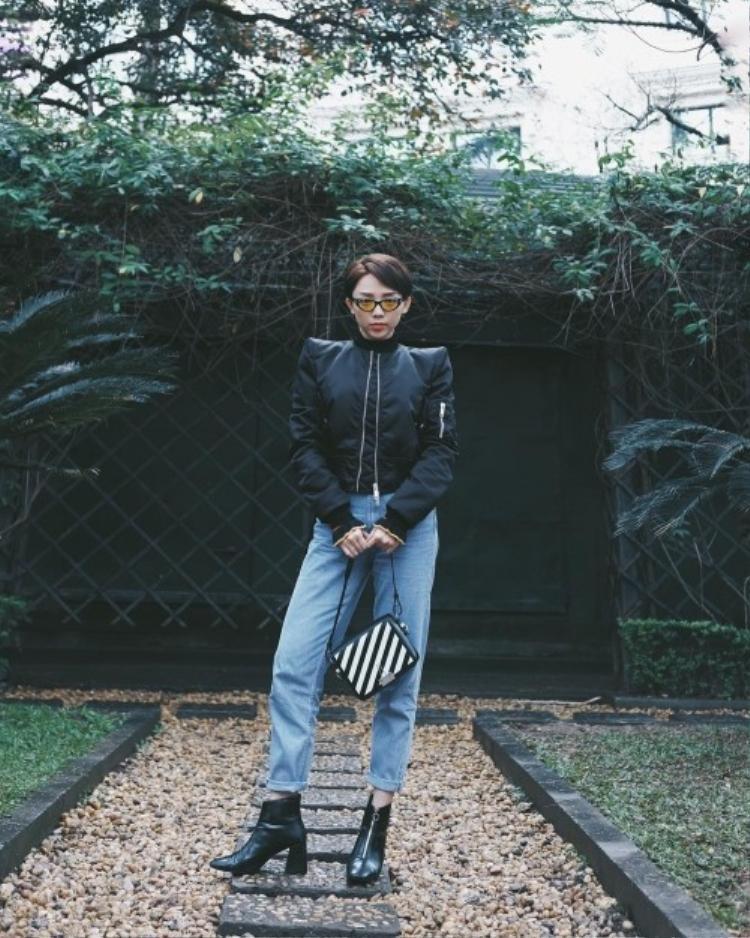 Tóc Tiên sau những bộ đồ rực rỡ đã quay trở lại với tông đen trắng cực ngầu. Cô nàng diện boot đen và túi đen trắng của Off-White sành điệu.