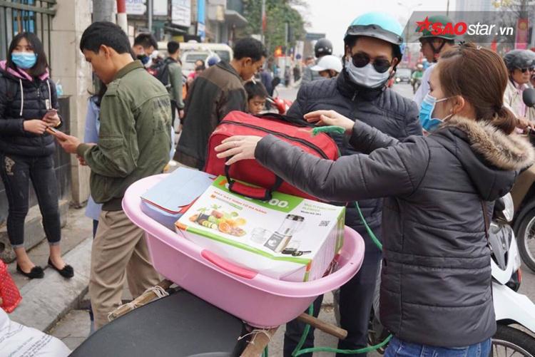 Nhiều người không đón được taxi đành chấp nhận đi xe ôm.
