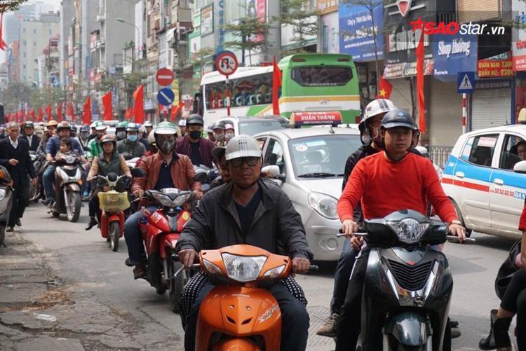 Đường phố Hà Nội ngày người dân quay lại Thủ đô, chuẩn bị cho ngày làm việc đầu xuân.