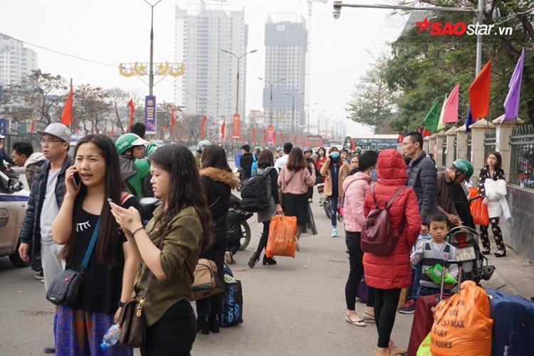Hàng trăm người tràn ra đường Giải Phóng chờ bắt taxi.