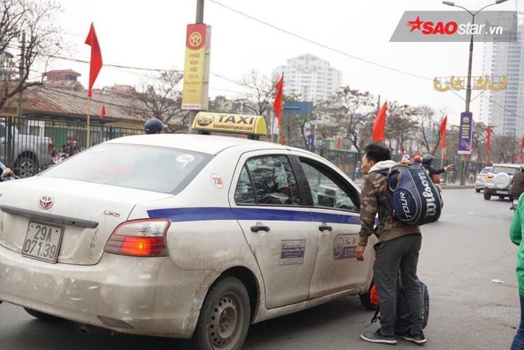 Nhiều lái xe taxi phải từ chối khách vì không dám dừng đỗ ở đường và cũng ái ngại khi thấy ai nấy đều mang theo quá nhiều đồ đạc.