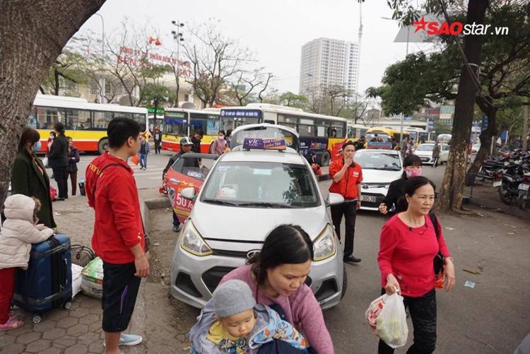 Quanh 1 chiếc taxi là 5-6 người đứng cạnh.