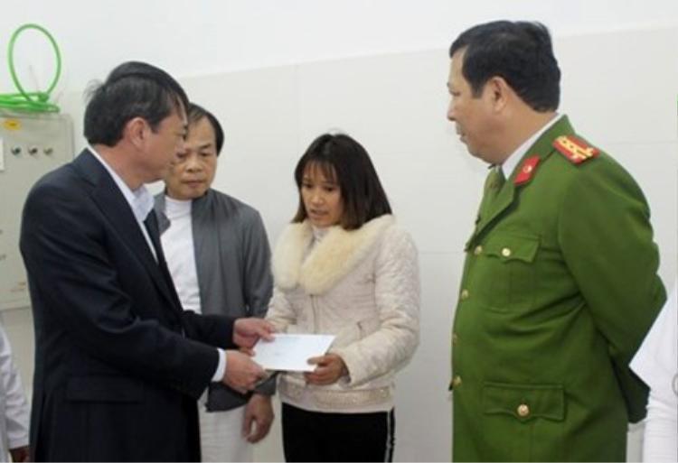 Chủ tịch UBND tỉnh Cao Bằng Hoàng Xuân Ánh đến động viên gia đình nạn nhân. Ảnh: Báo Cao Bằng. Nguồn: Zing.