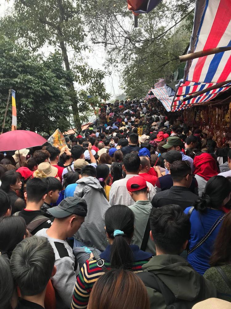 Đối với nhiều người, quãng đường lên chùa Hương khá vất vả khi phải đi đò qua suối Yến, thăm đền Trình rồi lại đi tiếp lên chùa chính và leo thang bộ lên động Hương Tích.