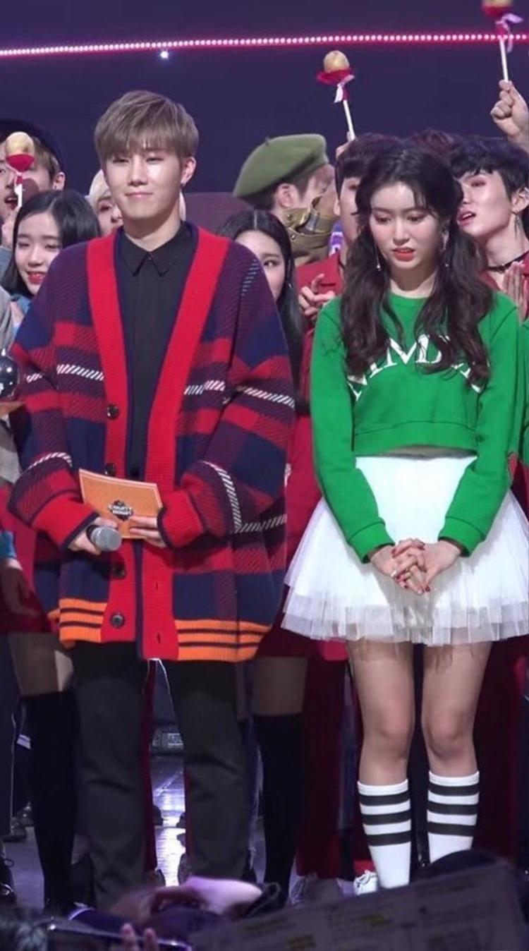 Vẻ hồi hộp của Jane khi đứng cạnh Sunggyu trên sân khấu.