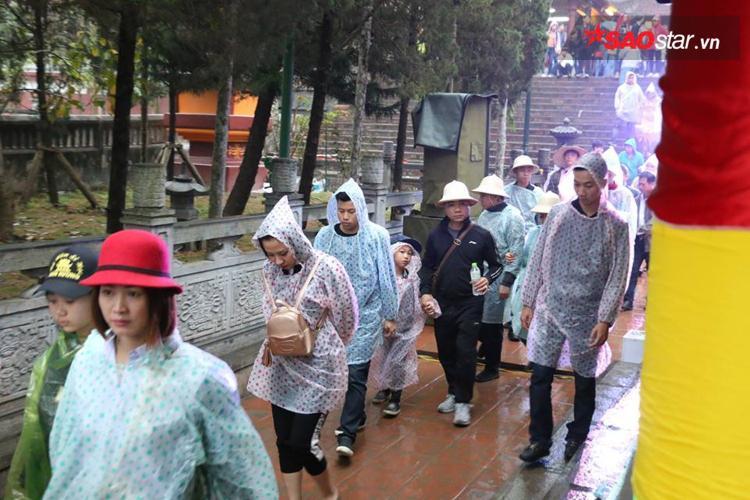 Dòng người mặc áo mưa, bất chấp thời tiết xấu vẫn đổ về chùa Hương ngày khai hội.