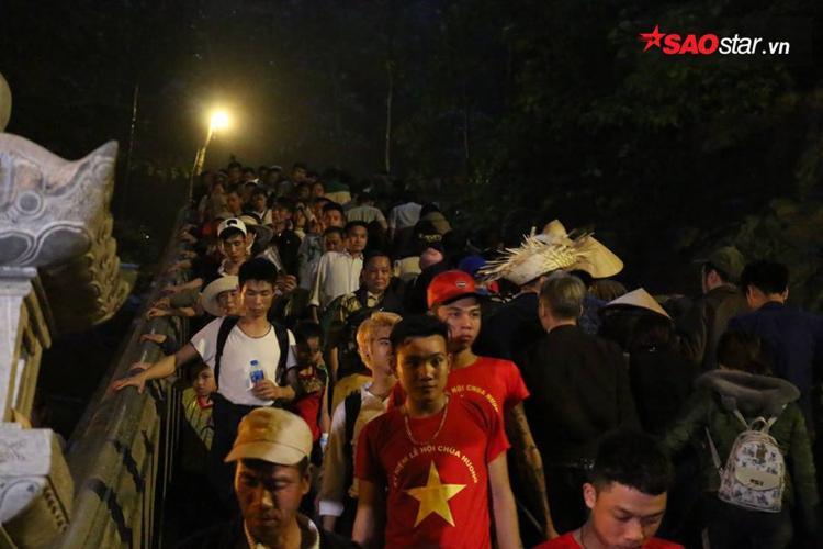 Các bậc thang dẫn lên động Hương Tích ken đặc người từ lúc tờ mờ sáng.