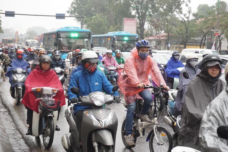 Tại nút ngã tư Kim Mã (đoạn gần khách sạn Daewoo) lượng người đông nghịt. Trời mưa khiến lưu thông qua khu vực này gặp nhiều khó khăn.