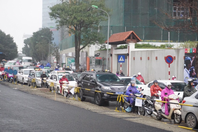 Một số đoạn đường đang thi công, lập rào chắn khiến xe máy và ô tô phải chen chúc, dễ xảy ra ùn tắc.
