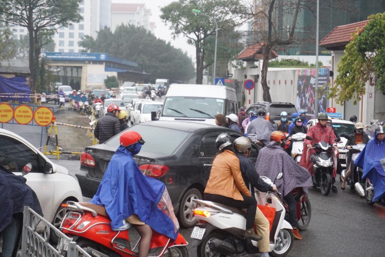 Nhiều tuyến đường dòng người đông nghẹt, lưu thông khó khăn.