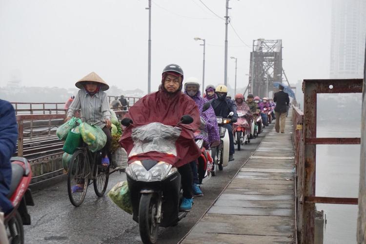 Trên cầu Long Biên, nhiều người di chuyển sang nội thành Hà Nội để đi làm nên luôn đông đúc.