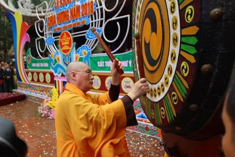 Đúng 9h thượng tọa Thích Minh Hiền, trụ trì chùa Hương đánh trống khai hội năm 2018.
