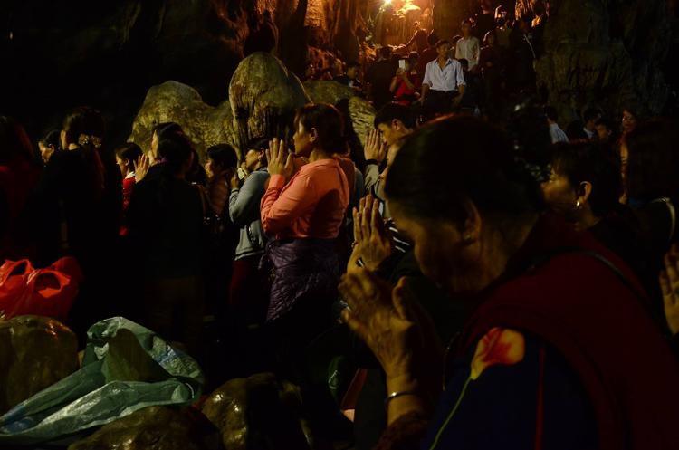 Rất nhiều người đến đây thành tâm cầu xin con cái, xin lộc gạo, tiền…, nhưng cũng có người chỉ muốn thưởng ngoạn thắng cảnh Hương Sơn.
