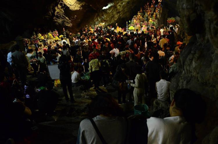 """Lối đi xuống động Hương Tích, nơi từng được chúa Trịnh Sâm đặt tên là """"Nam thiên đệ nhất động"""" (động đẹp nhất trời Nam) ken cứng người."""