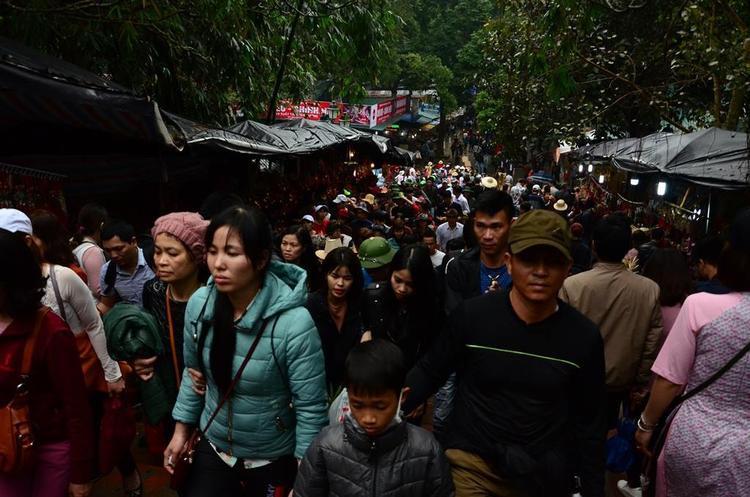 Biển người đổ về chùa Hương khiến các lối đi lại dọc khuôn viên chùa luôn đông nghẹt người.