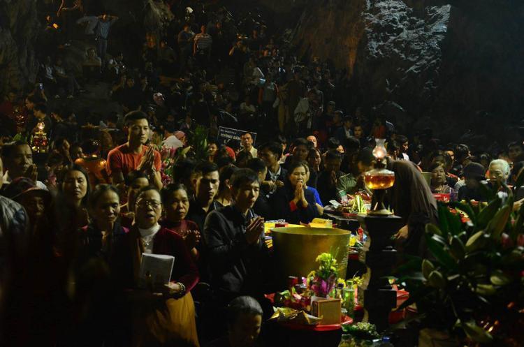 Hàng nghìn người chen chân ngồi đầu rùa, leo vách núi hứng 'lộc' cầu may tại chùa Hương