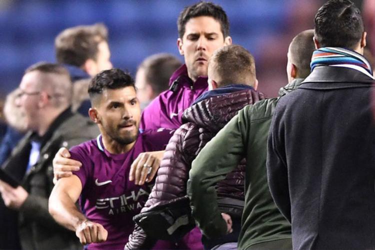 Aguero đánh fan Wigan.