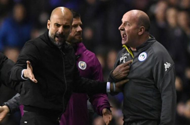 Pep Guardiola cãi nhau với đồng nghiệp.
