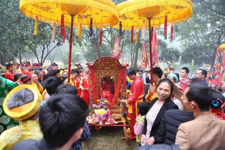 6h sáng, đoàn xuất phát từ đình làng Yên Tàng tiến về đền Sóc tham dự lễ hội.