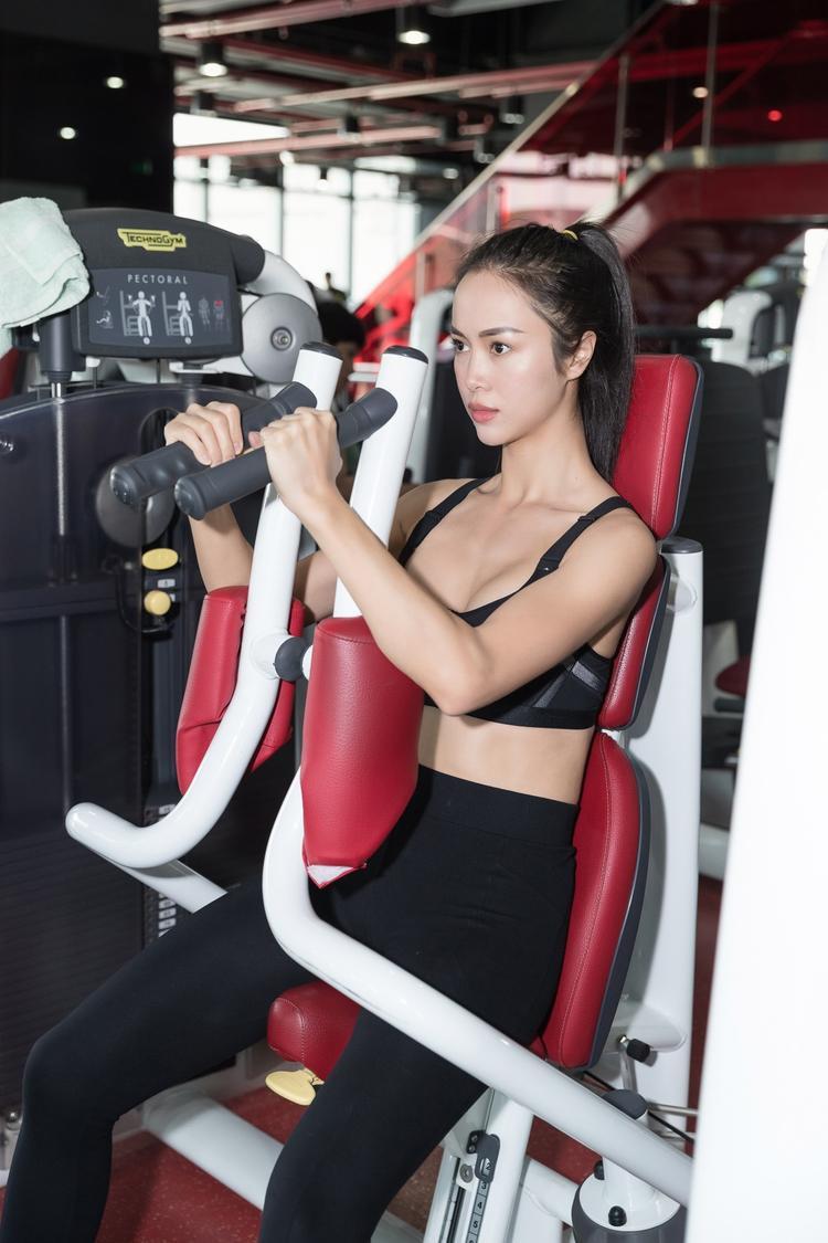 Những ngày đầu xuân, Vũ Ngọc Anh khá chú trọng đến việc lấy lại vóc dáng sau Tết bằng những bài tập gym. Càng bất ngờ hơn khi biết rằng gym đã gắn bó với cô từ thời sinh viên.