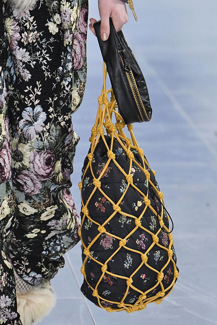 Một dạng túi xách dây rút với thiết kế túi lưới bên ngoài tạo nên chất tiêng cho chủ nhân diện nó.