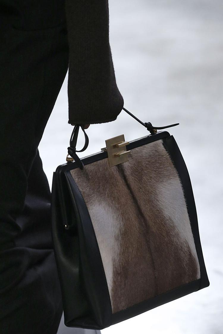 Những chiếc túi lông có thể phối với đa dạng các trang phục. Đặc biệt thích hợp với các trang phục trong mùa lạnh.