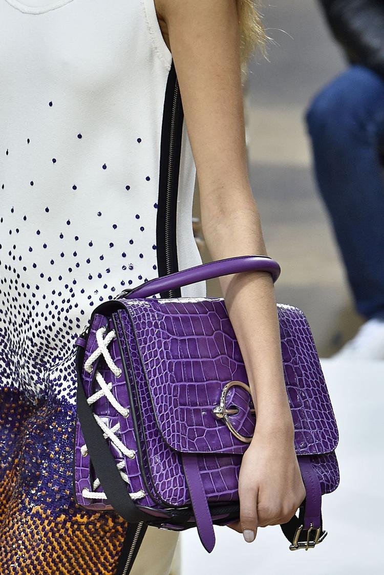 Màu tím - gam màu được các chuyên trang tạp chí uy tín hàng đầu dự đoán sẽ là gam màu hot nhất trong năm 2018. Vì thế, chắc chắn sẽ không thể thiếu những chiếc túi màu tím trong danh sách túi xách hứa hẹn sẽ khuấy đảo xu hướng thời trang trên thế giới.