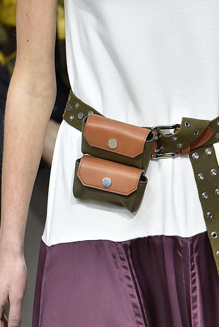 Túi mini đôi đeo hông cực xinh yêu. Tuy nhiên bạn cần cân nhắc trước nếu có nhiều đồ đạc cần mang theo bên người khi chọn nó làm phụ kiện.