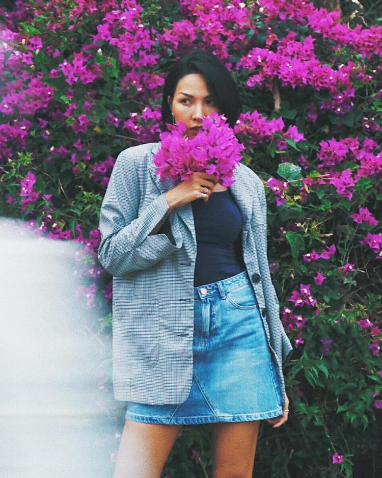 Siêu mẫu Minh Triệu đẹp sắc sảo với áo blazer kẻ sọc kết hợp với váy mini skirt denim trùng tone.