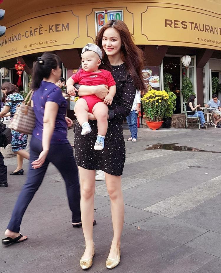 Siêu mẫu Tuyết Lan khoe đôi chân dài miên man với chiếc váy ôm sát lấp lánh. Tuy nhiên, đôi giày cao gót màu vàng gold có lẽ chưa thật sự phù hợp với set đồ street style của cô nàng.