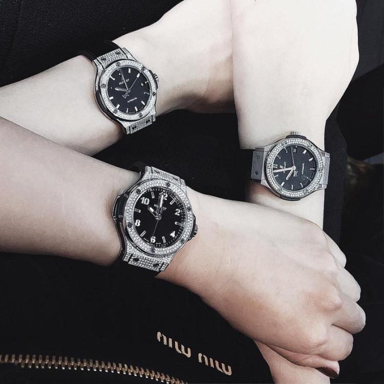 """Món đồ đôi """"sang chảnh"""" bậc nhất của cặp bài trùng này vừa sắm chính là chiếc đồng hồ nạm kim cương siêu đắt đỏ của Hublot với giá khoảng 400 triệu đồng/cái."""