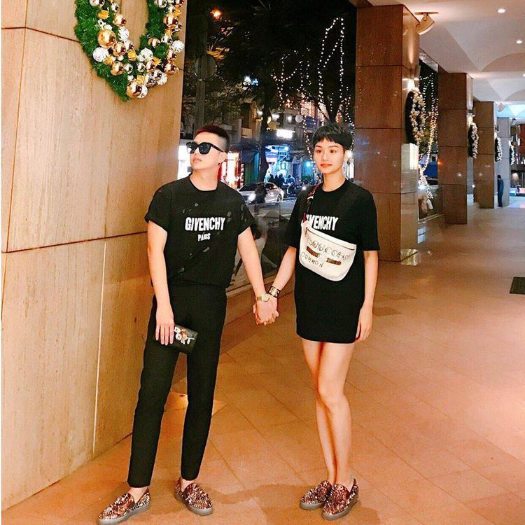 Cùng một chiếc áo phông của Givenchy, trong khi Duy Khánh phối cùng quần jeans đen cá tính thì Miu Lê lại lựa chọn mặc theo style giấu quần. Ngoài ra, cả hai cùng lựa chọn giày đinh tán giống nhau để thêm phần nổi bật.