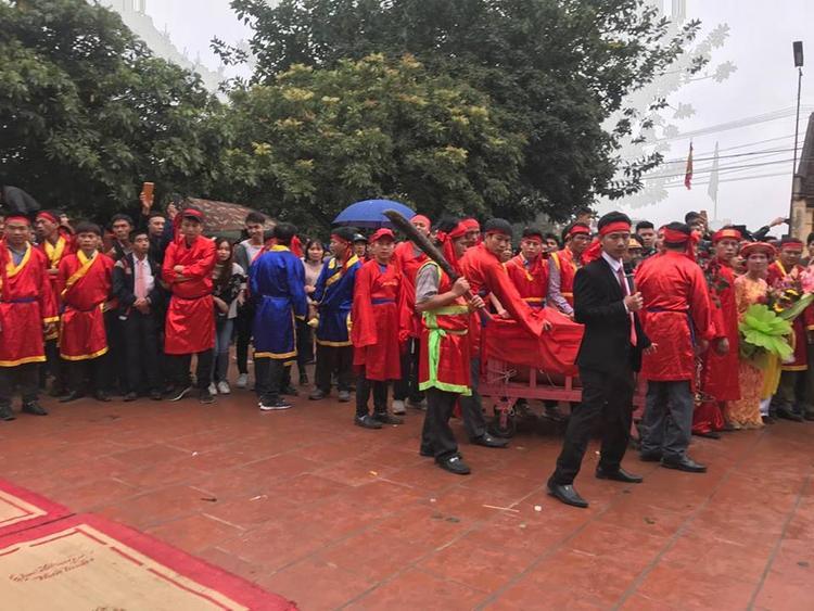 Rất đông người dân có mặt tại khu vực sân đình.