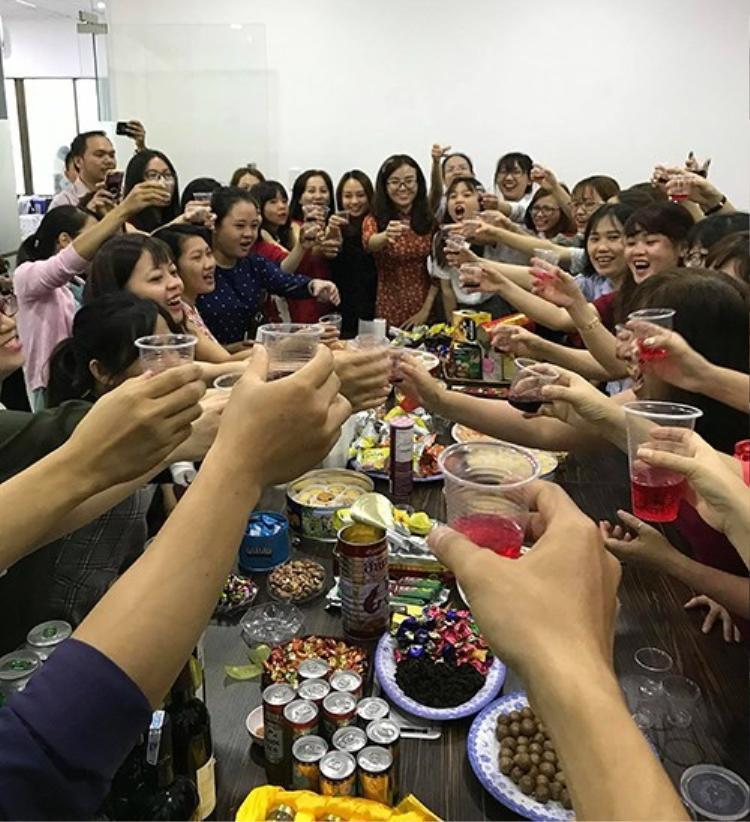 Ngoài khoe ảnh lì xì, dân mạng cũng cập nhật ảnh ăn uống linh đình ngày đầu xuân năm mới.
